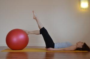 Femme en one leg stretch pied sur ballon, jambes tendues - Respiration Pilates