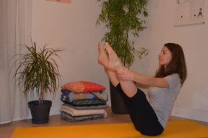 Mouvement de bascule puis mouvement statique, jambes tendues écartées. Rocker with open legs.