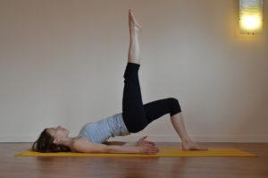 Le pont sur les épaules, avec développement des jambes.
