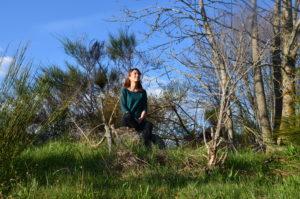 Femme qui médite dans la nature