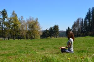 Femme qui médite dans un champ