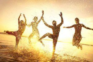 Personnes dansent de joie dans l'eau - préparer sa rentrée en Pilates