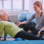 Femme en leg pull supine accompagnée - Respiration Pilates