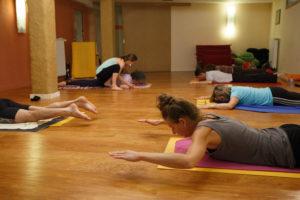 Accompagnemen dans les postures en cours de Pilates