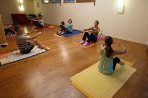 Cours de pilates, position assise. Merci pour le sourire et la bonne humeur des participants.