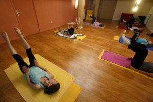 Double leg stretch en cours de Pilates avec Marjolaine Isnard