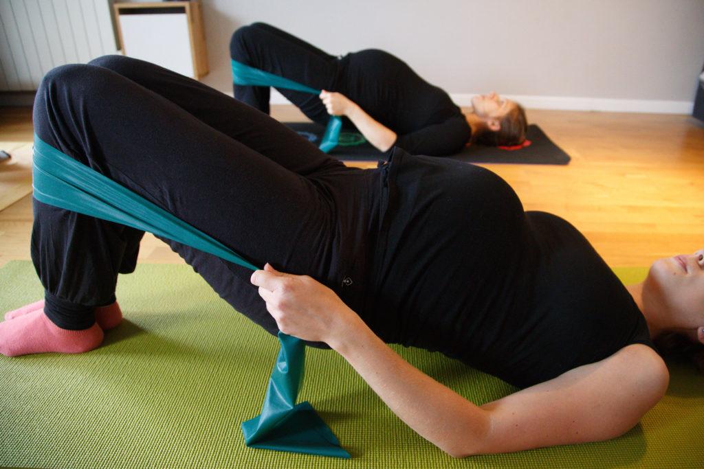 Femmes enceintes en cours de Pilates. Shoulder bridge.